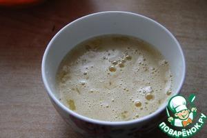 Яйца слегка взболтать с сахаром, ванильным сахаром и солью. Добавить к творогу. Влить водку и перемешать.