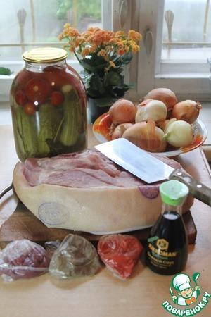 Режем порционно мясо, лук кольцами, сливаем рассол из банки.