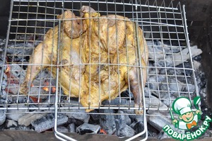 At the picnic, when the coals of the brazier burned, put the pheasant on the grill. Put the grate with the pheasant bake on the coals.