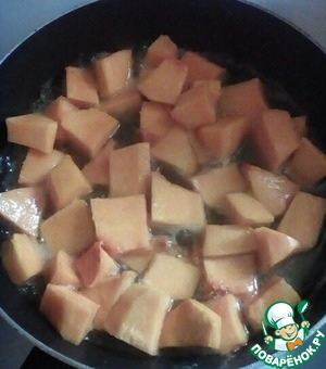 When the sugar is dissolved, add the pumpkin and simmer under lid on medium heat for 15 minutes.