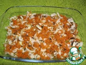Морковь очищаем от кожуры, трём на крупной тёрке и выкладываем равномерно на лук.