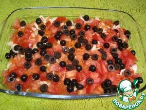Маслины нарезаем пополам поперёк и укладываем равномерно на помидоры.