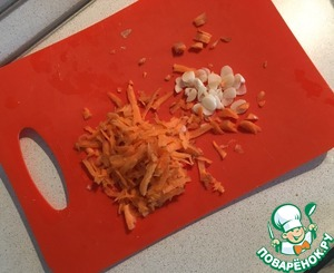 On a grater grate the carrots and chop the garlic