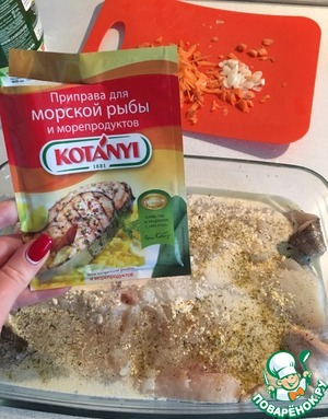 A tablespoon of mayonnaise dilute with water and fill the fish, allow to soak, sprinkle with seasoning. My favorite photo, the perfect combination of spices