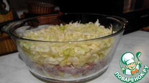 On top of meat put the second part of the cabbage. Crush.