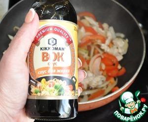 Pour soy sauce, I sauce for stir-frying BOK Kikkoman.
