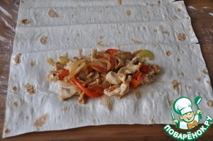 Directly on a picnic, take a pita bread, we now sell special rolls of saverton, they are long, so cut it in half. With the edge in the middle put half the vegetables with chicken.