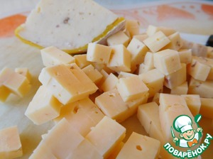 Cheese cut into small cubes. Cheese can take any, I had walnuts that gave an extra taste and flavor to the salad. You can add a handful of chopped nuts if you have a normal cheese.