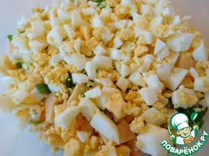 Crumble small cubes eggs.  Boiled rice which is being opened is sent to the lettuce and quickly stir.  You can lightly sprinkle all with olive oil.