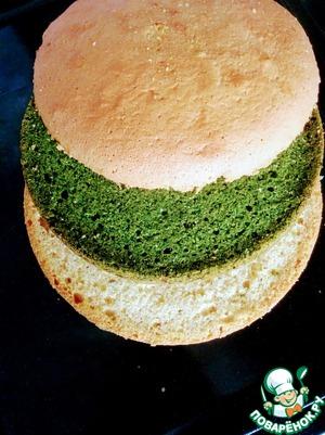 Заранее выпекаем бисквит. Рецепт изумрудного шпинатного бисквита позаимствован у замечательного кулинара Аvani:    http://www.povarenok .ru/recipes/show/107  844/        Разрезаем на коржи. Я использовала два обычных бисквитных коржа и два шпинатных.