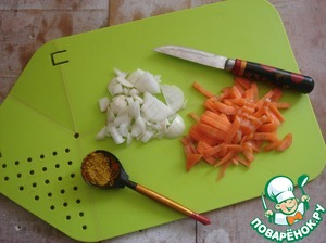 Parallel to make the dressing for the mess. Cut onions and carrots at random.