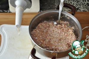 Берём кишки, если солёные, то замачиваем заранее.    Для приготовления колбасок удобно использовать специальную насадку на мясорубке.    Начиняем кишки фаршем, концы завязываем ниткой. Наполняем не очень плотно. При наполнении колбасок, перекручиваем их через каждый 10-12 см.