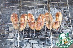 На пикнике запекаем колбаски на решётке на углях до румяности с обеих сторон. Общее время около 15 минут.    Подаём колбаски горячими с овощами, зеленью.   Приятного аппетита!