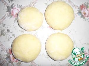 Охлажденное тесто разделить на 4 куска и подкатать их в шарики.
