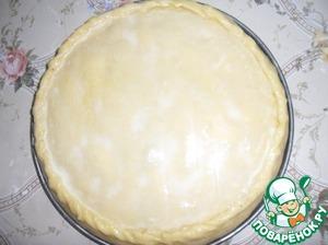 Накрыть второй лепешкой, которую также смазать повидлом. После чего накрыть третей лепешкой, смазать оставшимся повидлом и накрыть последней - четвертой лепешкой. Края пирога соединить и защипать. Поверхность смазать желтком.