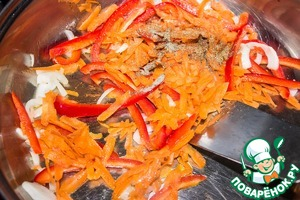 On a heated pan put 1.5 tbsp of butter, add a couple of drops of vegetable oil, peppers with carrots and onions, ground coriander and pepper and fry for 3-4 minutes on medium heat.