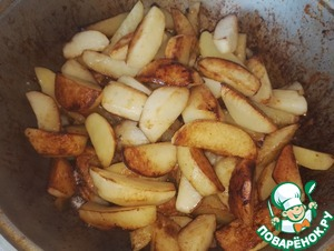 When the potato is ready, send it to the meat. And only now salt the meat, salt and stir add the fried potatoes. Again mix everything. Nakrem with a lid and leave to stew for 10 minutes on very low heat.