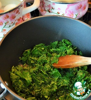 Then boil the eggs for 7 minutes.  In a saucepan heat the oil and fry the nettles  over low heat, stirring occasionally.  This treatment nettle does not lose its emerald color, which is important.