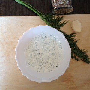 First, you need to prepare sour cream sauce. To do this in a bowl add sour cream, propuschennyj through the press garlic, chopped herbs (I dill), fragrant dry grass. Mix well. Season with salt and pepper to taste. Put into the refrigerator.