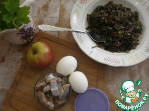 Prepare all the salad. If canned sea cabbage, a lot of liquid, drain in a colander. Place the cabbage in a bowl.