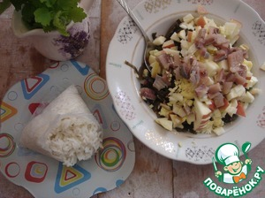 All cut arbitrarily. I cut herring, Apple and egg in small dice. Sent all to the cabbage. The rice cooks very quickly.