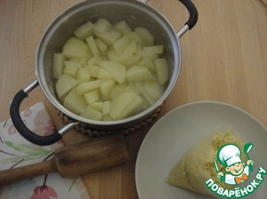 Millet cooked in salted water and cook the potatoes.