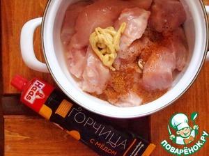 Затем добавить изумительную горчицу с мёдом ТМ Haas, приготовленную исключительно из натуральных зерен, которая представляет собой своего рода пикантный соус-барбекю и идеально подходит для куриного мяса.