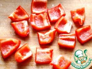 Болгарский перец помыть, очистить от семян и порезать квадратиками.