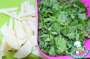 Potatoes clean and cut into bars.  The water is boiling, add salt and omit the rice. The timer for 25 minutes.  Nettle rinse in running water and chop.  Better with nettles wearing gloves.