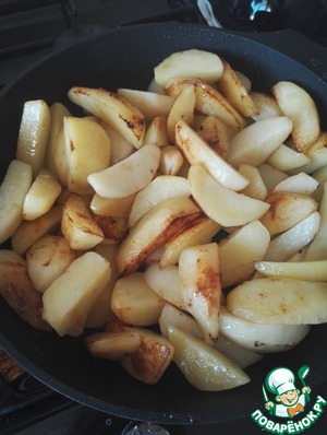 While a stew with ogurcami, onion and pasta in a separate pan pour rest of the oil on very high heat fry the potatoes until Golden crust, almost to the ready state