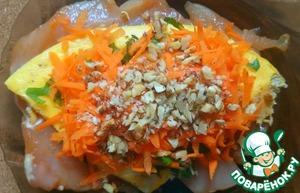 """На каждое куриное филе слоями выкладываем по четверти """"омлета"""", петрушки, моркови, орехов. Немного придавливая начинку, сворачиваем в рулет."""
