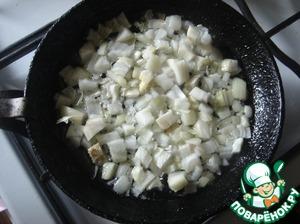 На сковороду, в разогретое масло выкладываем чеснок и лук. Делаем до золотистого цвета и выкладываем свёклу натёртую. Делаем минут 5. Солим по вкусу.