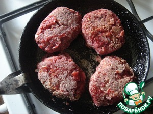 Cutlets are fried very quickly, because we have all the products ready. Fry on both sides.