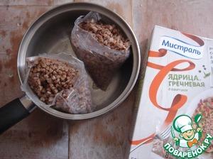 Гречка сварилась. Высыпаем её в кастрюлю из пакетиков и заправляем сливочным маслом.