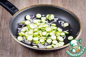 Мини цуккини нарезать колечками и добавить в сковороду, обжаривать 3-4 минуты, посолить и поперчить.