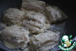 Окунать подготовленные продукты (у меня филе рыбы) и жарить на хорошо разогретой сковороде с двух сторон.