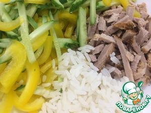 В салатник высыпать рис, все овощи и мясо.