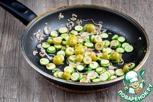 Добавить в сковороду оливки с лимоном, разрезанные пополам и прогреть минуту.