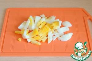 Яйцо (2 шт.) отварить, порезать брусочками
