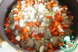In the fried meatballs, put the prepared vegetables and fry for about 3-4 minutes.