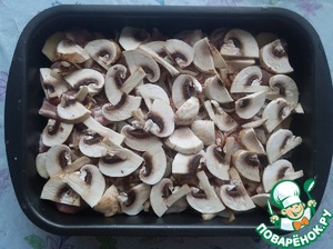 Wash the champignons, cut and lay the next layer