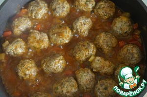 Pour meatballs with vegetables prepared with ketchup and cook for 5-7 minutes under the lid.