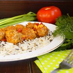 Фрикадельки в овощном соусе с рисом