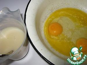 В теплом молоке растворить дрожжи, сахар, соль. Добавить к маслу яйца.