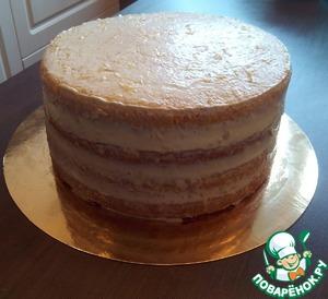 Покрываем тонким слоем крема верх и бока торта и ставим в холодильник минут на 30-40 чтобы крем схватился. В таком виде можно украсить торт тонко нарезанными дольками апельсина и лимона, листиками мяты. Если вы готовите торт на торжество, то увеличте сливки на 100 мл, что бы сильнее затянуть бока торта и украсить цветами из крема.