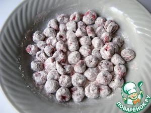 В тарелке смешать столовую ложку муки и столовую ложку крахмала. Хорошо обвалять ягоду.