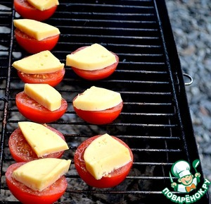 Bake the tomatoes. Waiting for the moment of softening of the cheese, it should not leak.