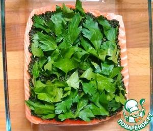 Рыбу помещаем в форму для запекания, солим и перчим по вкусу, затем выкладываем на рыбу соус и вторую половину петрушки (использовала только листья).