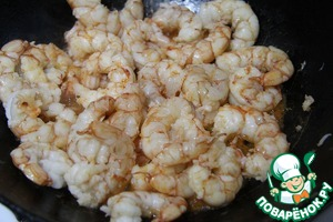 Heat the oil in a pan, add chopped garlic and fry the shrimp for 3-4 minutes.
