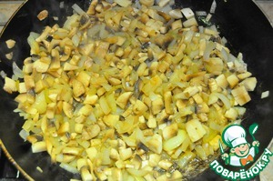 8) Тем временем режем лук и чищенные шампиньоны. Лук обжариваем до мягкости и добавляем к ним шампиньоны. Жарить пока не выпарится вся жидкость.